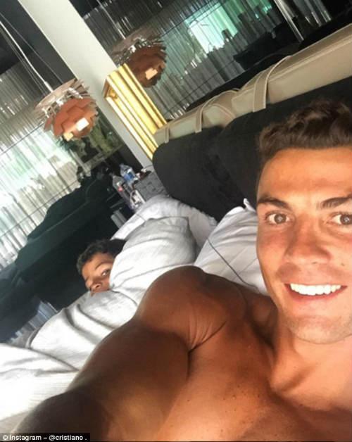 Real vô địch siêu cúp, Ronaldo đưa con đi ăn kem - 3