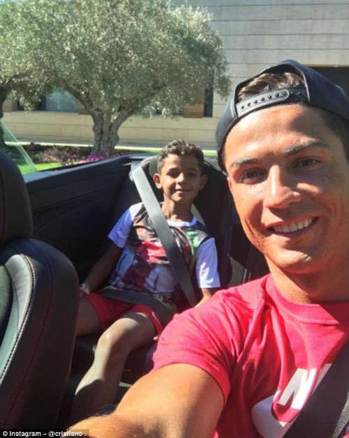 Real vô địch siêu cúp, Ronaldo đưa con đi ăn kem - 4