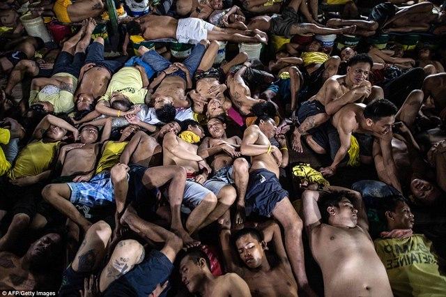 Kinh hãi 4.000 người nằm kín đặc nhà tù ở Philippines - 1