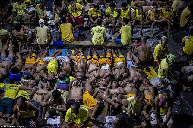 Kinh hãi 4.000 người nằm kín đặc nhà tù ở Philippines - 4