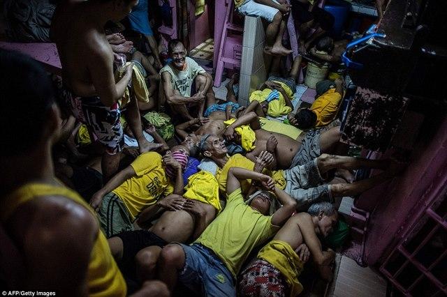 Kinh hãi 4.000 người nằm kín đặc nhà tù ở Philippines - 5