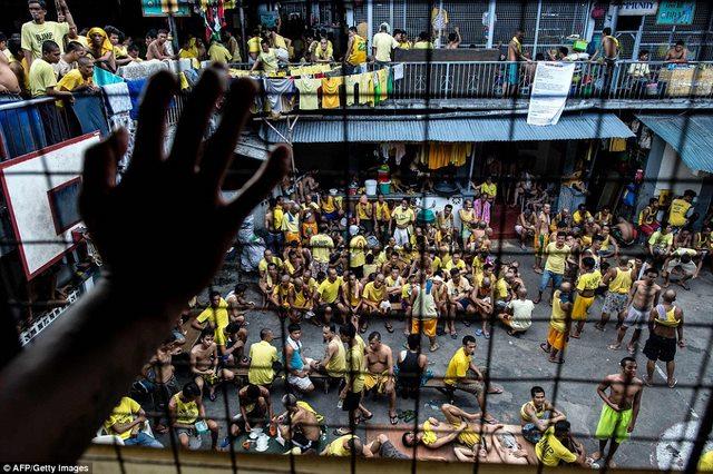 Kinh hãi 4.000 người nằm kín đặc nhà tù ở Philippines - 6