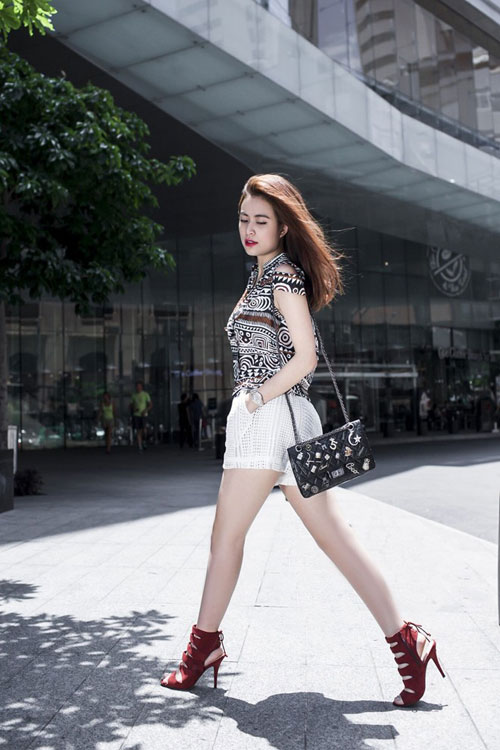 Hoàng Thùy Linh quá gợi cảm với với soóc, váy ngắn - 3