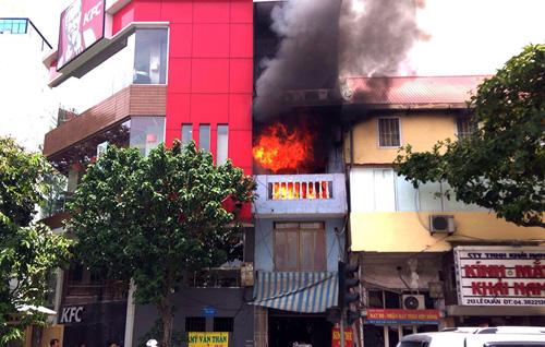 Hà Nội: Cháy nhà 4 tầng, cả khu phố náo loạn - 1