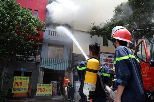 Hà Nội: Cháy nhà 4 tầng, cả khu phố náo loạn - 2