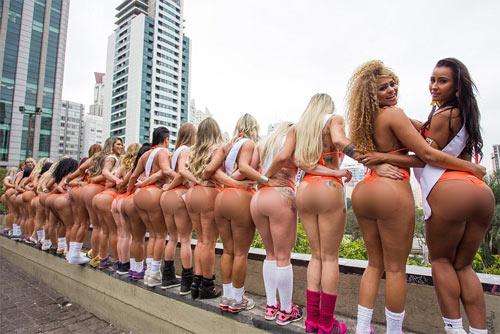 Người đẹp Siêu vòng 3 Brazil náo loạn đường phố - 4