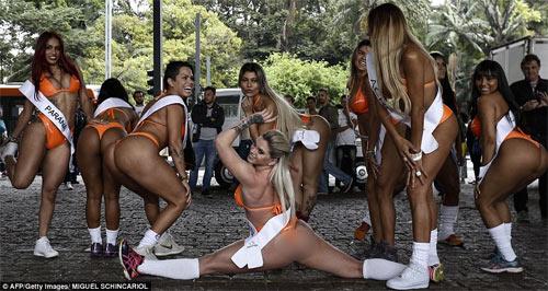 Người đẹp Siêu vòng 3 Brazil náo loạn đường phố - 5