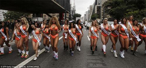Người đẹp Siêu vòng 3 Brazil náo loạn đường phố - 1