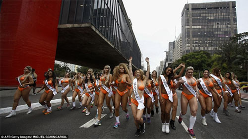 Người đẹp Siêu vòng 3 Brazil náo loạn đường phố - 6