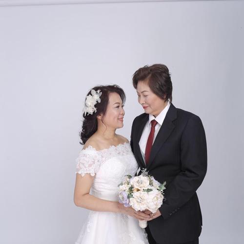 Hôn nhân đổ vỡ, hai người phụ nữ quyết định cưới nhau - 1