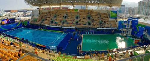 Vì sao bể bơi Olympic Rio 2016 chuyển màu sau một đêm? - 1