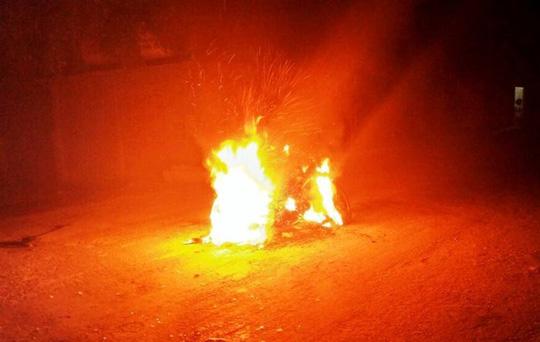 Nghi trộm chó, 2 thanh niên bị cả làng vây đánh, đốt xe - 2