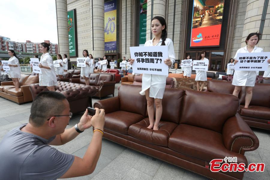 Thiếu nữ TQ mặc áo ngủ biểu tình phản đối làm thêm giờ - 4