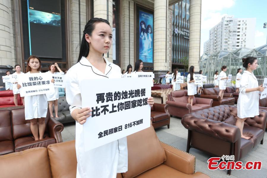 Thiếu nữ TQ mặc áo ngủ biểu tình phản đối làm thêm giờ - 3