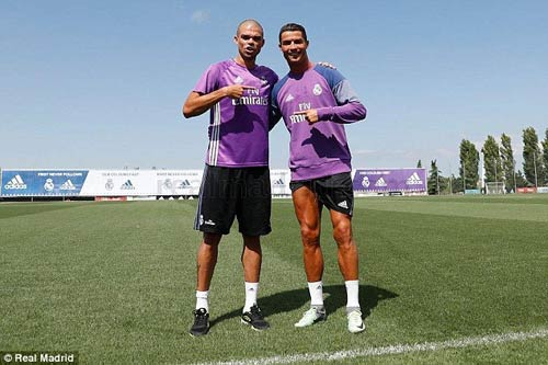 Ronaldo chi tiền cứu hòn đảo quê nhà khỏi hỏa hoạn - 2