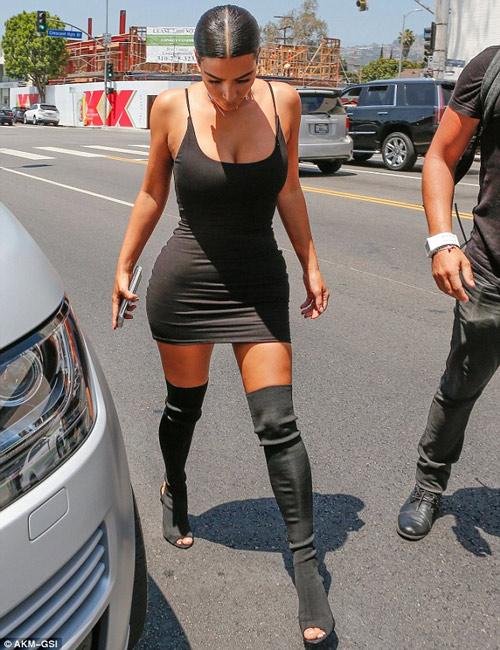 """Cô Kim khoe đường cong """"siêu tưởng"""" trên phố - 5"""