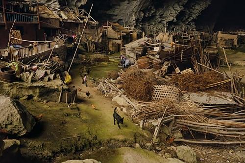 Kỳ lạ ngôi làng trong hang động có lớp học, sân bóng rổ - 2