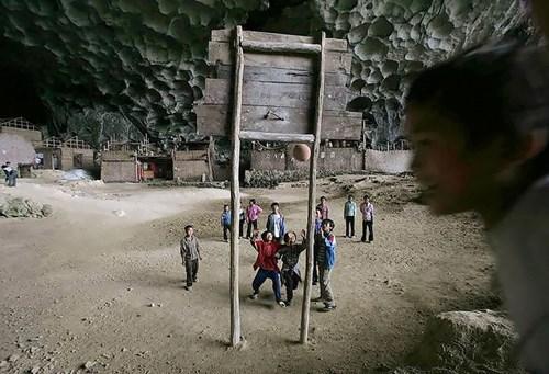 Kỳ lạ ngôi làng trong hang động có lớp học, sân bóng rổ - 5