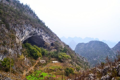 Kỳ lạ ngôi làng trong hang động có lớp học, sân bóng rổ - 1