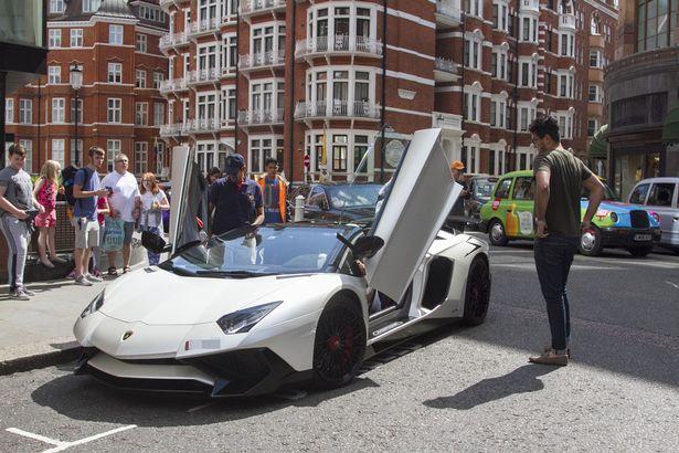 Loạt siêu xe của giới giàu Ả Rập náo loạn London - 4