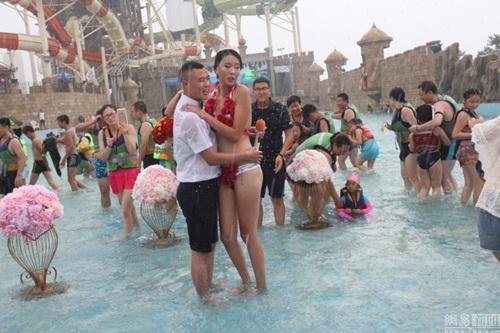 Cô gái TQ mặc bikini hoa hồng được tỏ tình trong mưa - 3