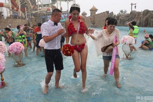 Cô gái TQ mặc bikini hoa hồng được tỏ tình trong mưa - 4