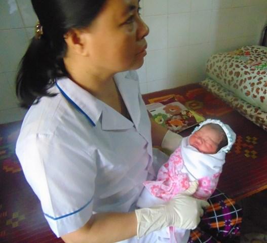Đi lễ, phát hiện bé sơ sinh bị bỏ rơi trước cửa chùa - 1