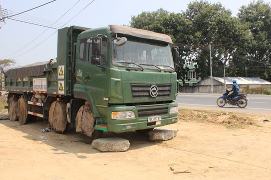 """Sau 5 tháng bị """"giam"""", xe chở rác đi xử lý đã được thả - 1"""