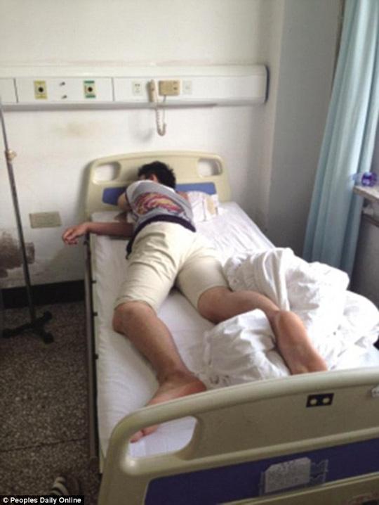 Đang đợi vợ đẻ, chồng bị lôi vào phẫu thuật trĩ - 1