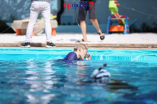 Thí sinh Next Top Model quằn quại chụp hình dưới nước - 4