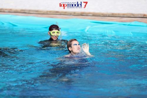 Thí sinh Next Top Model quằn quại chụp hình dưới nước - 7