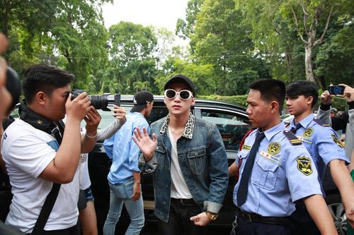 Sơn Tùng M-TP xuất hiện cực ngầu mặc 'bão' scandal - 1