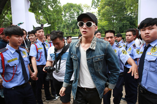 Sơn Tùng M-TP xuất hiện cực ngầu mặc 'bão' scandal - 2