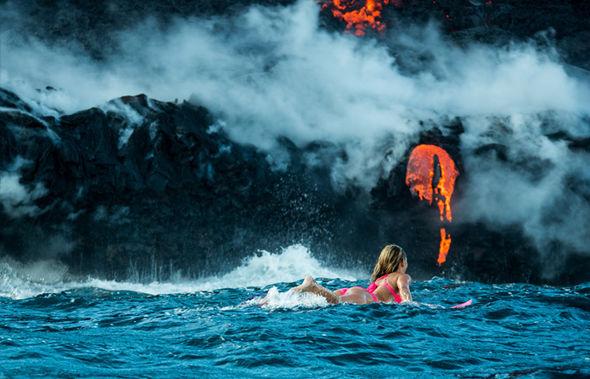Người đẹp liều mình lướt ván gần dòng dung nham nóng đỏ - 2