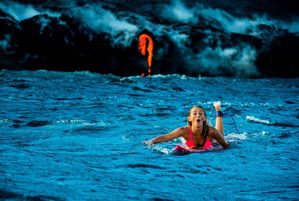 Người đẹp liều mình lướt ván gần dòng dung nham nóng đỏ - 4