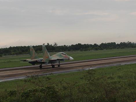 Máy bay Casa-212 và Su-30MK2 đã cất cánh trở lại - 3
