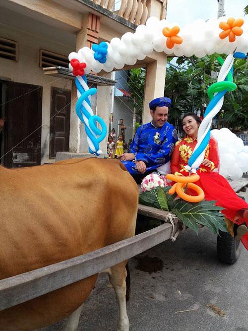 Chú rể Tây tự tay đánh xe bò rước dâu tại Bình Thuận - 1