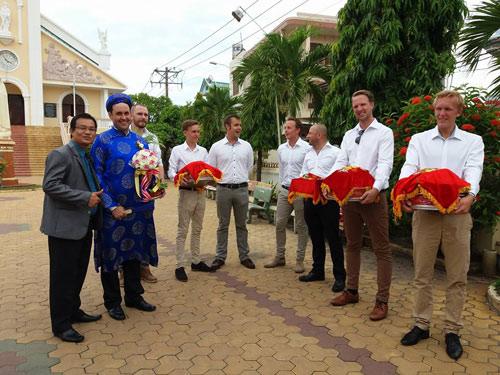 Chú rể Tây tự tay đánh xe bò rước dâu tại Bình Thuận - 3