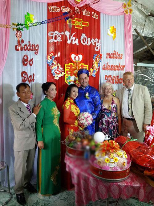 Chú rể Tây tự tay đánh xe bò rước dâu tại Bình Thuận - 4