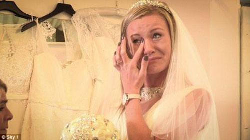 Cô dâu khóc thét vì chú rể rước dâu bằng ô tô đồ chơi - 1