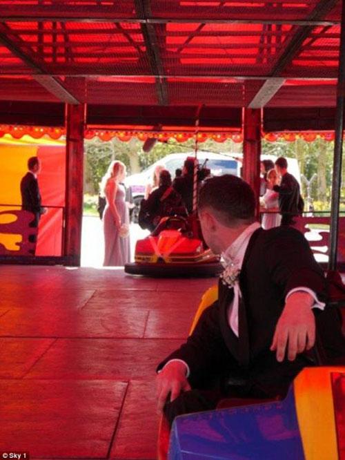 Cô dâu khóc thét vì chú rể rước dâu bằng ô tô đồ chơi - 3