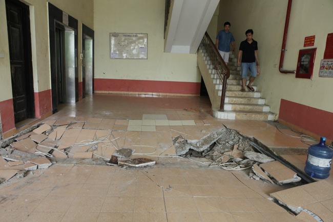 HN: Nền nhà chung cư sập trong đêm, dân hoảng loạn - 1