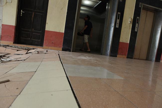 HN: Nền nhà chung cư sập trong đêm, dân hoảng loạn - 4