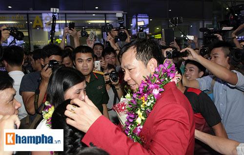 Vợ Hoàng Xuân Vinh bật khóc giây phút gặp lại chồng - 1
