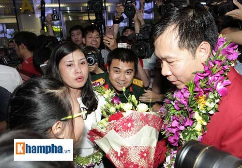 Vợ Hoàng Xuân Vinh bật khóc giây phút gặp lại chồng - 11