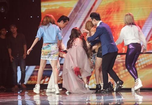 Thí sinh X-Factor bất ngờ ngất xỉu trên sân khấu - 1
