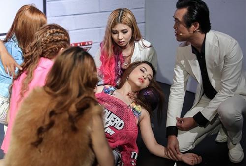 Thí sinh X-Factor bất ngờ ngất xỉu trên sân khấu - 2