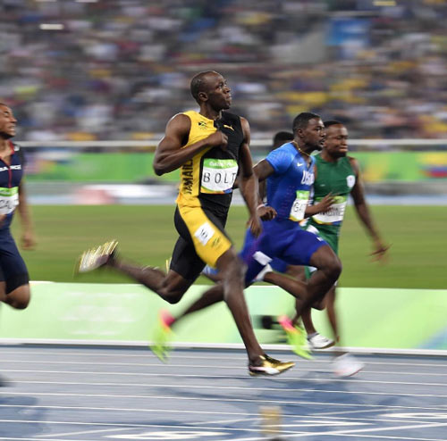 """Vừa chạy vừa cười và vỗ ngực, Bolt vẫn """"vô đối"""" - 2"""