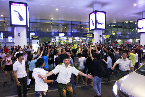 Nhà Hoàng Xuân Vinh tấp nập fan tới chiêm ngưỡng HCV Olympic - 10