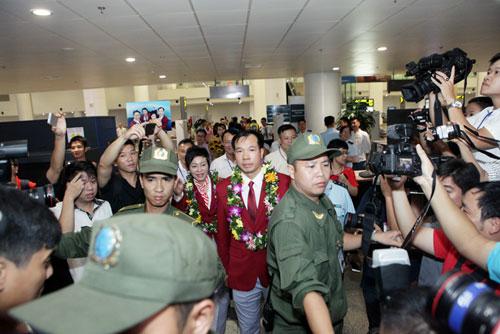 Nhà Hoàng Xuân Vinh tấp nập fan tới chiêm ngưỡng HCV Olympic - 11